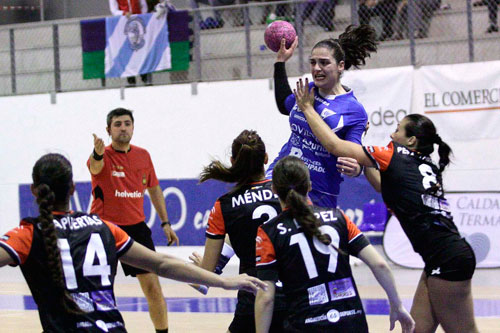 Aida Palicio se eleva sobre la defensa malagueña (Foto: OBF).
