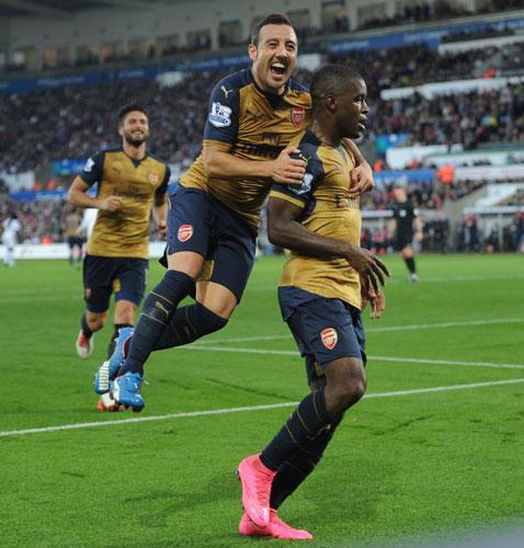Cazorla abraza a Campbell tras el 0-3 (Foto: @Arsenal).