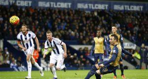 Cazorla resbala y falla el penalti (Foto: @premierleague).