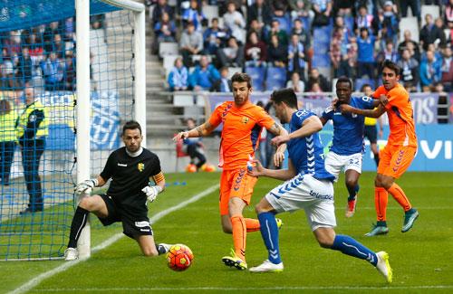 Borja Valle se dispone a tirar (Foto: Real Oviedo).