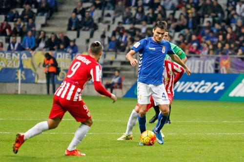 Jonathan Vila avanza con el balón (Foto: Real Oviedo).