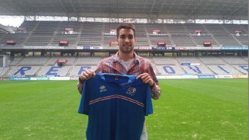 Diegui Johannesson, posando ayer en el Tartiere con la camiseta de la selección islandesa (Foto: Real Oviedo).