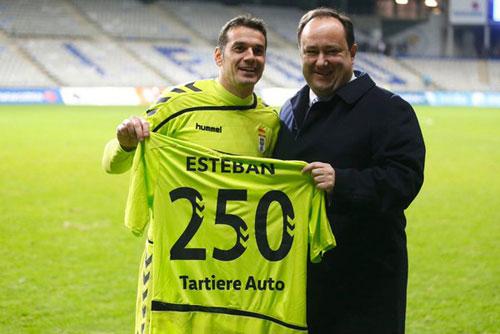 Esteban cumplió ante el Alavés 250 partidos oficiales de azul (Foto: Real Oviedo).