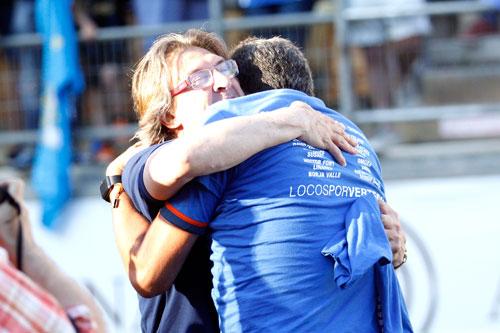 Sergio Egea se abraza con Arturo Elías en Cádiz el día del ascenso a Segunda (Foto: Archivo MO).