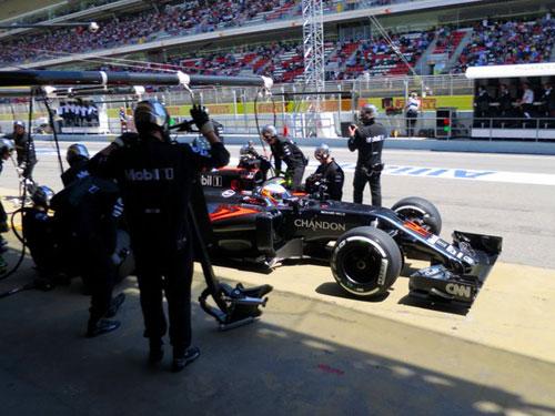 Alonso, realizando su primer cambio de neumáticos (Foto: McLaren).