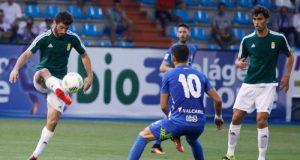 Nando controla el balón en el partido ante la Ponferradina (Foto: Zureda Press)