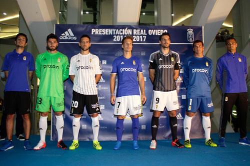 Los futbolistas, con la nueva ropa de Adidas (Foto: José Luis González)