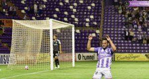 Arnaiz celebra el gol, con Verdés abatido en la portería (Foto: Real Valladolid)
