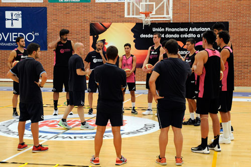 Carles Marco da instrucciones en un entrenamiento en Pumarín (Foto: Zureda Press)