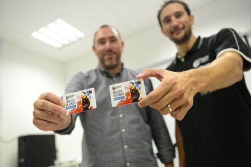 Hécto Galán y Víctor Pérez muestran sus abonos (Foto: Oviedo Baloncesto)