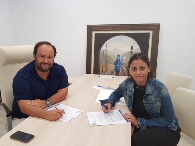 Jorge Menéndez Vallina y Beatriz Álvarez firman el acuerdo entre los clubes (Foto: Real Oviedo).